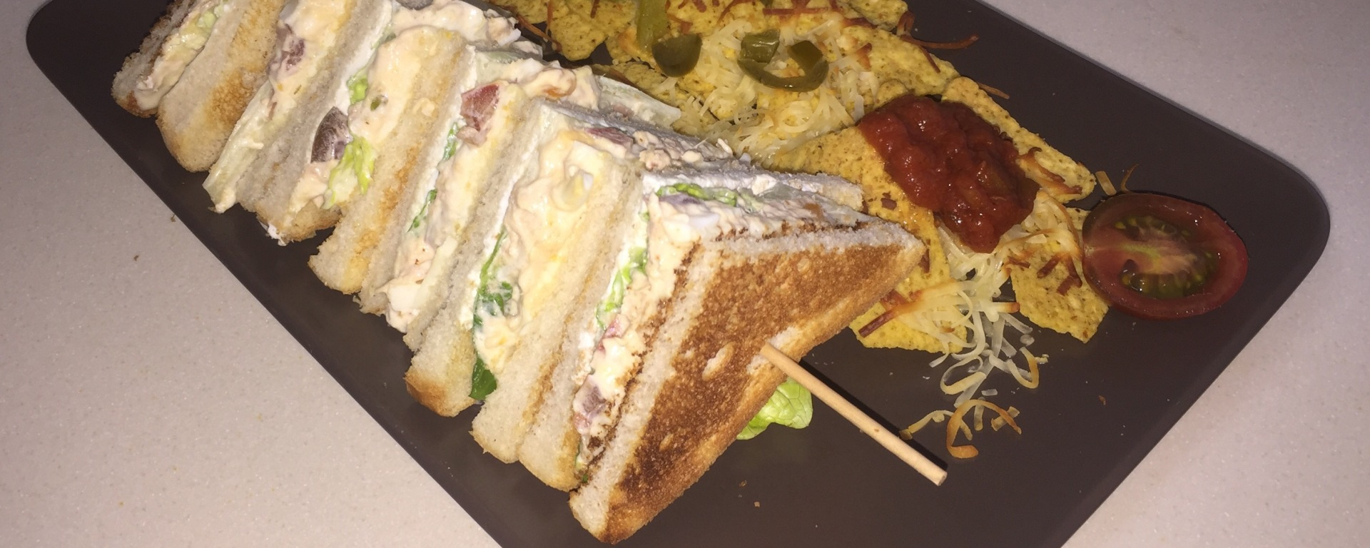 Sandwich Vegetal Con Atún Acompañado De Unos Nachos